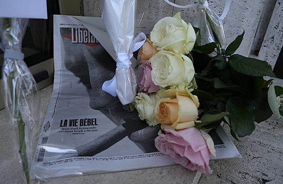 Květiny coby vıraz úcty Jean-Paulu Belmondovi, kterı zemřel 6. září 2021.