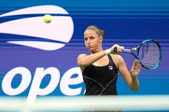 Karolína Plíšková odpaluje míček ve čtvrtfinále US Open.