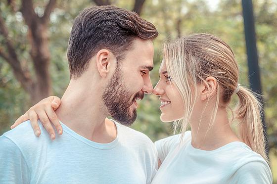 Milovat je krásné. Najít vhodného partnera dar. Chce to ale stát nohama pevně...