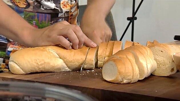 Na žemlovku klidně můžete použít starou veku, která už není vhodná na chlebíčky.