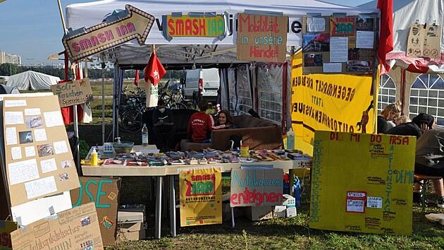 Klimatičtí a levicoví aktivisté, kteří protestující v Mnichově proti automobilovému průmyslu a automobilové vıstavě IAA Mobility, se neobejdou bez zázemí, kde mohou přespat a najíst se. To jim poskytuje kemp na mnichovské Tereziánské louce. V kempu mají informační stánky různá hnutí. Na snímku z 8. září 2021 stan skupiny Smash IAA.