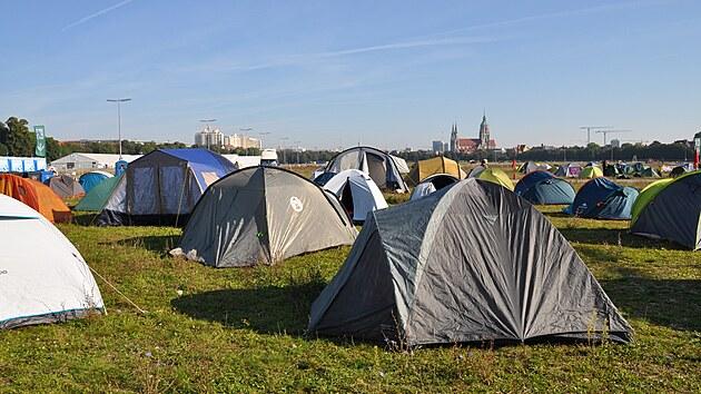 Klimatičtí a levicoví aktivisté, kteří protestující v Mnichově proti automobilovému průmyslu a automobilové vıstavě IAA Mobility, se neobejdou bez zázemí, kde mohou přespat a najíst se. To jim poskytuje kemp na mnichovské Tereziánské louce (na snímku z 8. září 2021).