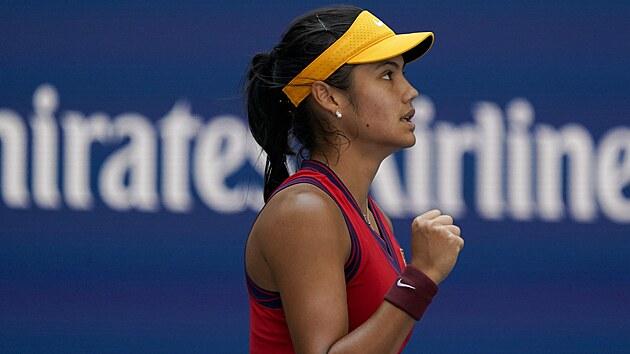 Britská tenistka Emma Raducanuová se povzbuzuje ve čtvrtfinále US Open.