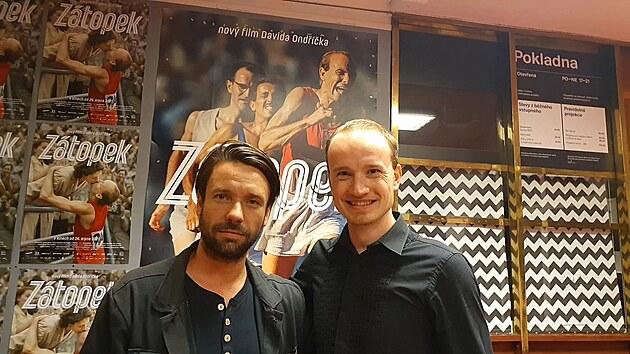 S představitelem Emila Zátopka Václavem Neužilem (vlevo) se komparzista Vojtěch Klement setkal na promítání v brněnském kině Scala.
