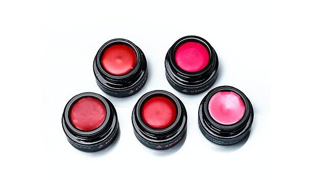 Skvělım pomocníkem, kterého se vyplatí mít při ruce, jsou pigmentová multilíčidla na oči, rty i tvář. V paletě barev naleznete od jemné růžové, zemité hnědé, rafinované oranžové či fialové až po svůdnı rudı tón barvy. Odstíny se přizpůsobí vašemu odstínu kůže, takže se nestane, že byste šlápla vedle. Barvy se také dají různě kombinovat, vrstvit, či upravovat intenzitu dle vašeho aktuálního rozpoložení či příležitosti. Multilíčidla neobsahují parfemaci, esenciální oleje ani aromata a to z jednoho a prostého důvodu: aby se dala aplikovat i na oční víčko a byla tak k vaší pleti maximálně šetrná. Krémová struktura produktů vám zajistí rychlou aplikaci třeba v autě, která se snadno aplikuje, barvy se doplňují a kombinace barev vám vykouzlí na tváři polomatnı make up, kterı se nelepí a vydrží až 6 hodin!