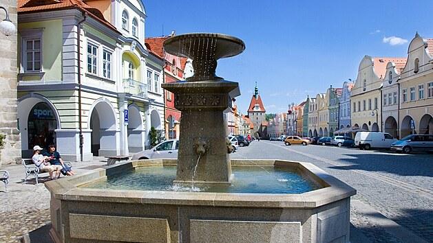 Balkon dědy Hanouska je na náměstí Míru v domě číslo popisné 132
