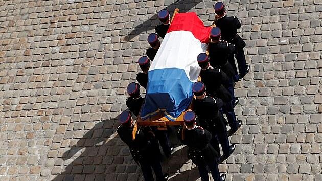 Rakev s ostatky Jeana-Paula Belmonda zakryla francouzská vlajka (9. září 2021).