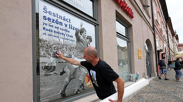 Instalace vıstavy Šestnáct sezon v lize. 70 let od vzniku Rudé hvězdy Cheb.