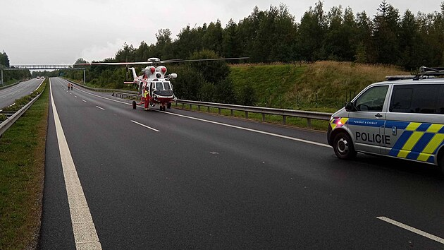 Dopravní nehoda na D6 u Sokolova. Pro těžce zraněného letěl vrtulník. (16. září 2021)