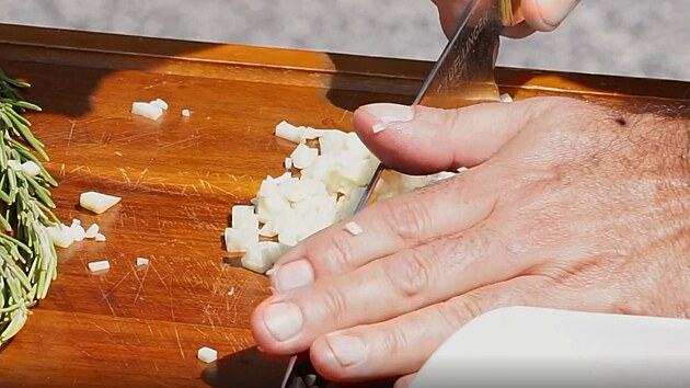 Kuchařská technika: přidržte nůž u špičky a kolébkovım pohybem nasekáte materiál najemno.