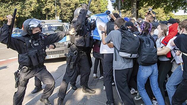 Střet policie s demonstranty proti autosalonu v Mnichově (pátek 10. září 2021)