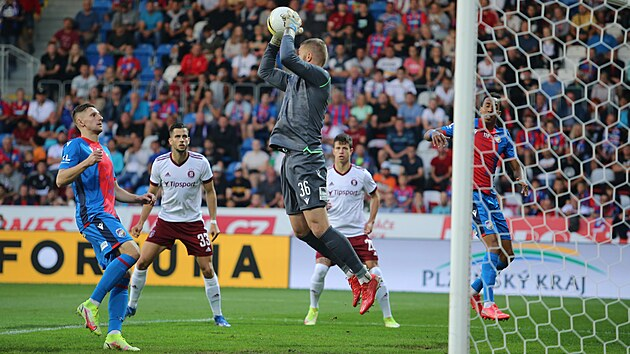 Plzeňskı brankář Jindřich Staněk ze vzduchu stahuje míč v utkání proti Spartě.