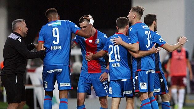 Plzeňští fotbalisté slaví gól Jeana-Davida Beauguela v utkání proti Spartě.
