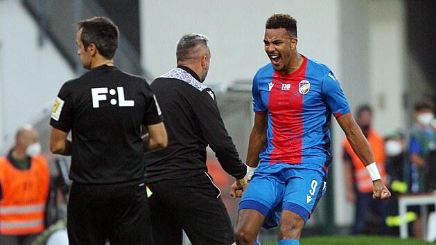 Plzeňskı útočník Jean-David Beauguel slaví svůj gól proti Spartě spolu s asistentem trenéra Pavlem Horváthem.