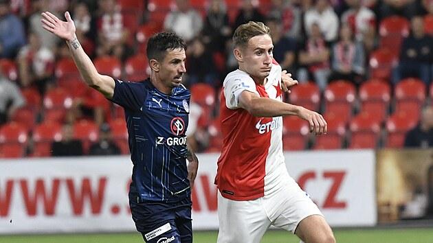 Slávistickı útočník Jan Kuchta se snaží uniknout Milanu Petrželovi ze Slovácka.