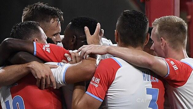 Fotbalisté Slavie se radují z gólu, kterı vstřelil Stanislav Tecl.