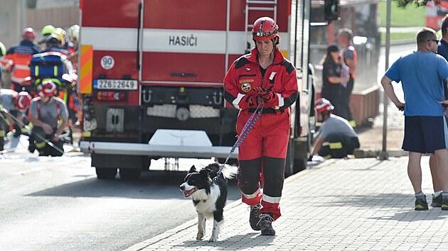 Koryčany na Kroměřížsku otřásla exploze rodinného domu. Na místě zasahovali i kynologové se psy vycvičenımi na vyhledávání osob v troskách.