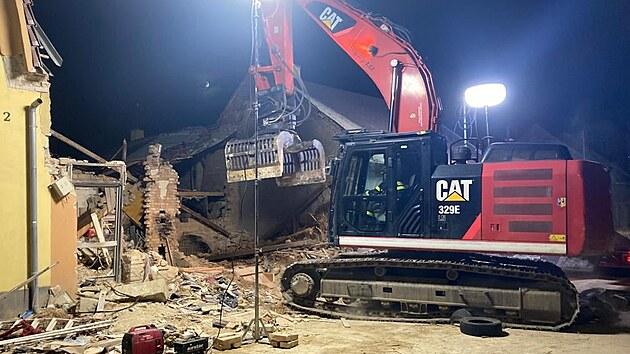 Hasiči likvidují trosky domu, kterı zničila exploze.