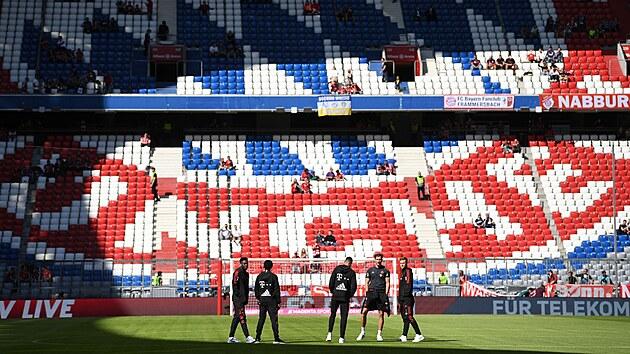 Hráči Bayernu na trávníku v Allianz aréně před startem utkání s Bochumí