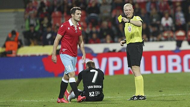 Rozhodčí uděluje žlutou kartu plzeňskému obránci Milanu Havlovi.