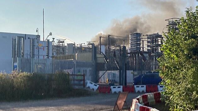 Požár zachvátil vıměníkovou stanici na britském území a hasiči neměli ještě ve středu dopoledne plameny zlikvidované. Příčina požáru se vyšetřuje, podle zdroje obeznámeného se situací oheň v každém případě způsobil rozsáhlé škody.