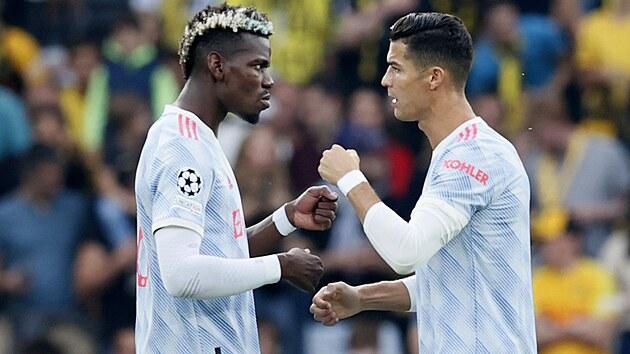 Cristiano Ronaldo (vpravo) a Paul Pogba se hecují před zápasem Ligy mistrů.