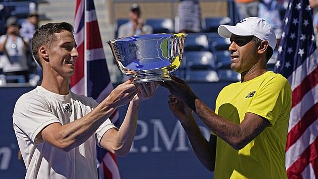 Američan Rajeev Ram (vpravo) pozvedá spolu s Britem Joem Salisburym trofej pro...