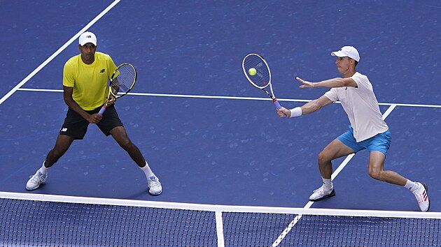 Brit Joe Salisbury (vpravo) returnuje ve finále čtyřhry na US Open, vlevo stojí...