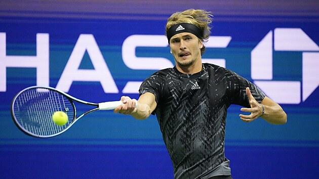 Němec Alexander Zverev se snaží odehrát balonek v semifinále US Open