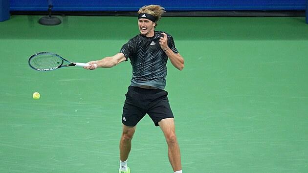 Němec Alexander Zverev se snaží odehrát balonek v zápase proti Novaku Djokovičovi.