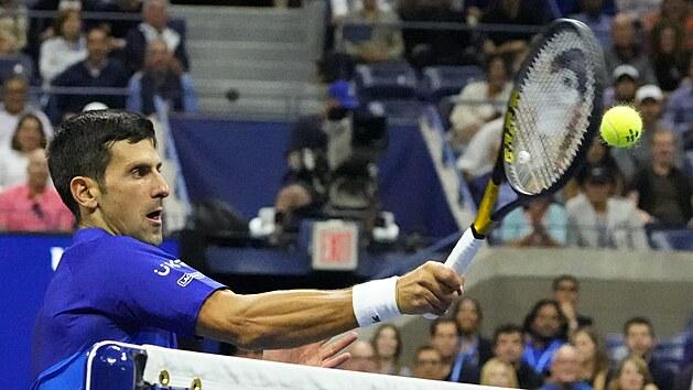 Novak Djokovič se soustředí na úder u sítě v semifinále US Open.