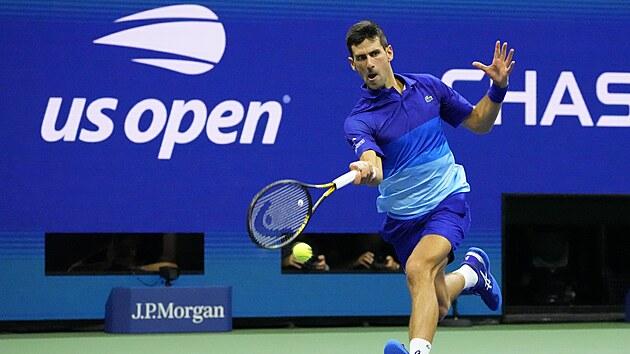 Srb Novak Djokovič se natahuje po balonku v semifinále US Open.