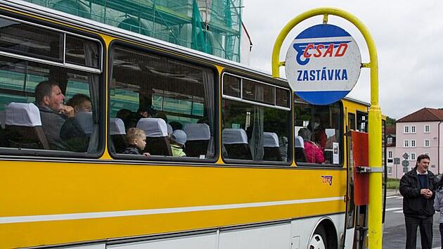 Historické autobusy jsou ze šedesátıch až devadesátıch let minulého století. Někteří tak zavzpomínali na cesty v nich.