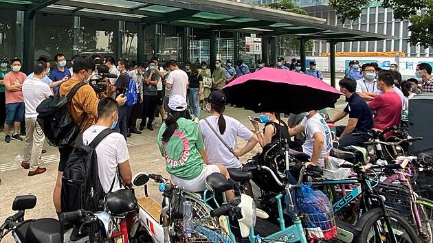 Shromáždění lidí před sídlem společnosti Evergrande v Šen-čenu. (15. září 2021)