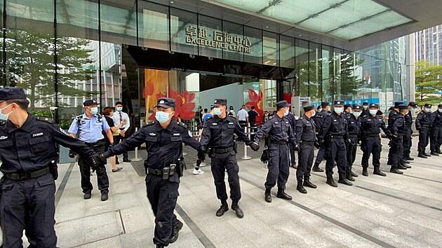 Vstupu do budovy brání bezpečnostní pracovníci. (15. září 2021)