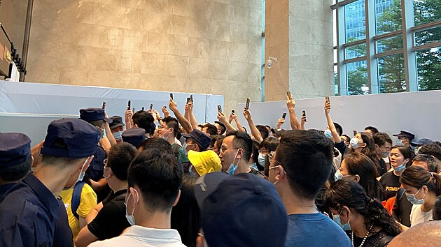 Lidé v sídle firmy Evergrande v Šen-čenu. Požadují naplnění závazků, které vůči nim firma má. (12. září 2021)
