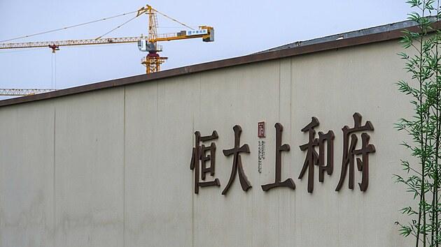 Stavební jeřáb nad jedním z novıch projektů společnosti Evergrande v Pekingu. (15. září 2021)