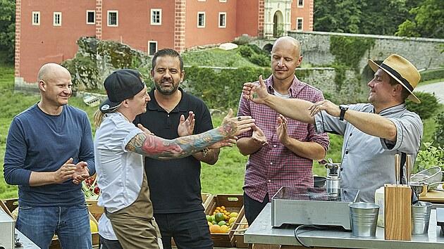 Přemek Forejt (vlevo) a Jan Punčochář (vpravo) před soubojem ve vaření u zámku Červená Lhota. Základem jejich menu byla ryba a květák.