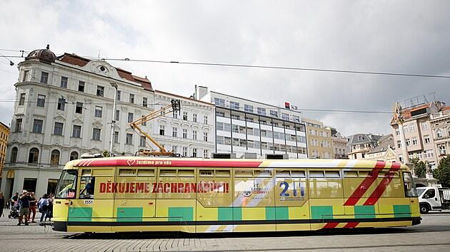 V Brně začala jezdit Záchranářská šalina. Je poctou zdravotníkům.