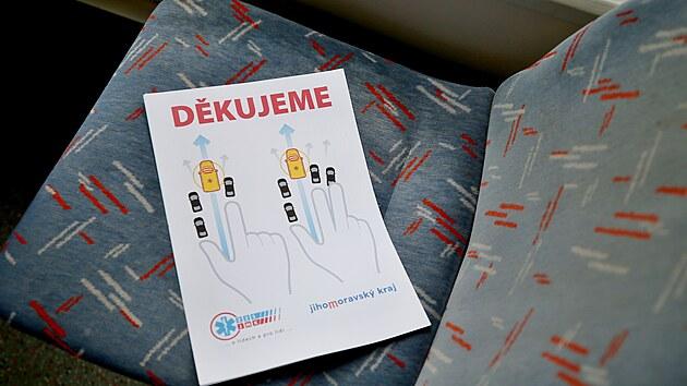 V tramvaji lidé najdou letáčky, které informují, jak správně vytvořit záchrannou uličku.