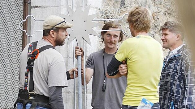 Horolezci ve čtvrtek dopoledne vrátili opravenı kříž na věž u kostela Narození svatého Jana Křtitele v Přibyslavi. Operace jim zabrala tři hodiny.