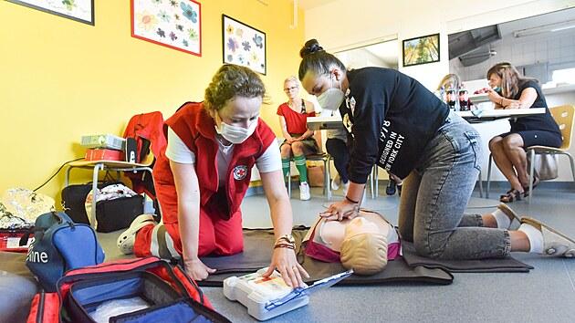 Při masáži srdce si k sobě najděte pomocníka, jeden člověk to nemusí fyzicky zvládnout, radí zdravotnice.
