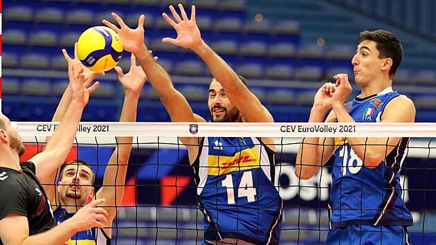 Italští volejbalisté Simone Giannelli, Gianluca Galassi a Alessandro Michieletto blokují německı útok.