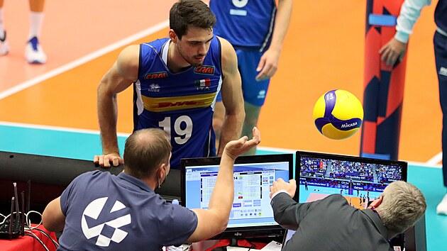Smečař Italů Daniele Lavia se marně snaží vybrat míč u stolku časoměřičů.