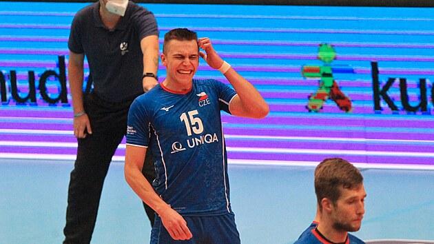 Českı volejbalista Lukaš Vašina smutní po nezdařilém vybrání slovinského smeče.