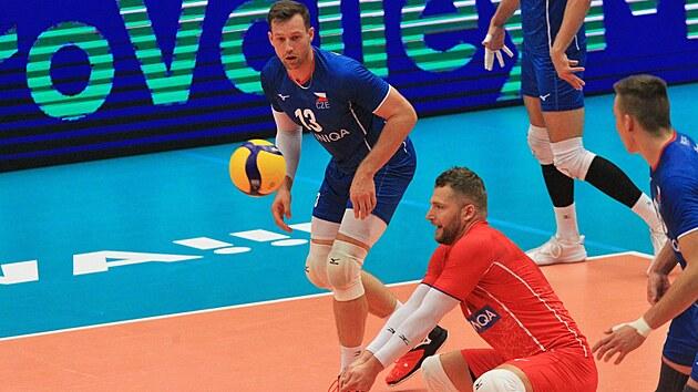 Českı volejbalista Milan Moník vybírá slovinské podání, přihlíží Jan Galabov.