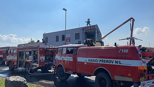 Požár haly s ochrannımi oděvy v Čelákovicích. (14.9.2021)