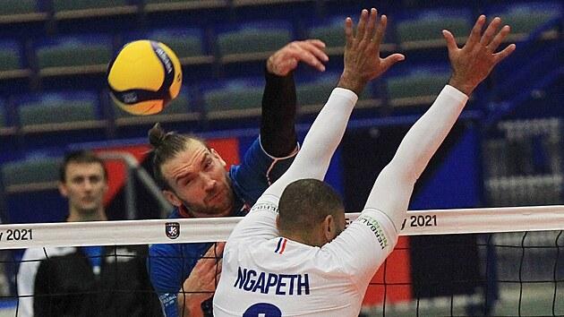 Českı volejbalista Jan Hadrava (vlevo) smečuje přes Francouze Earvina Ngapetha.