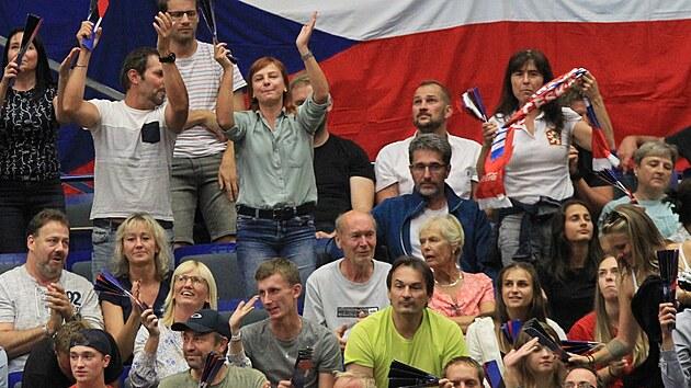 Čeští fanoušci slaví po vítězném setu v zápase s Francií.