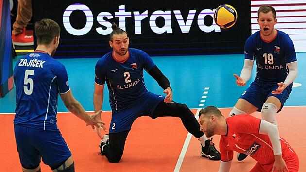 Čeští volejbalisté Adam Zajíček (5), Jan Hadrava (2), Luboš Bartůněk (19) a Milan Monik se snaží vybrat francouzskou smeč.